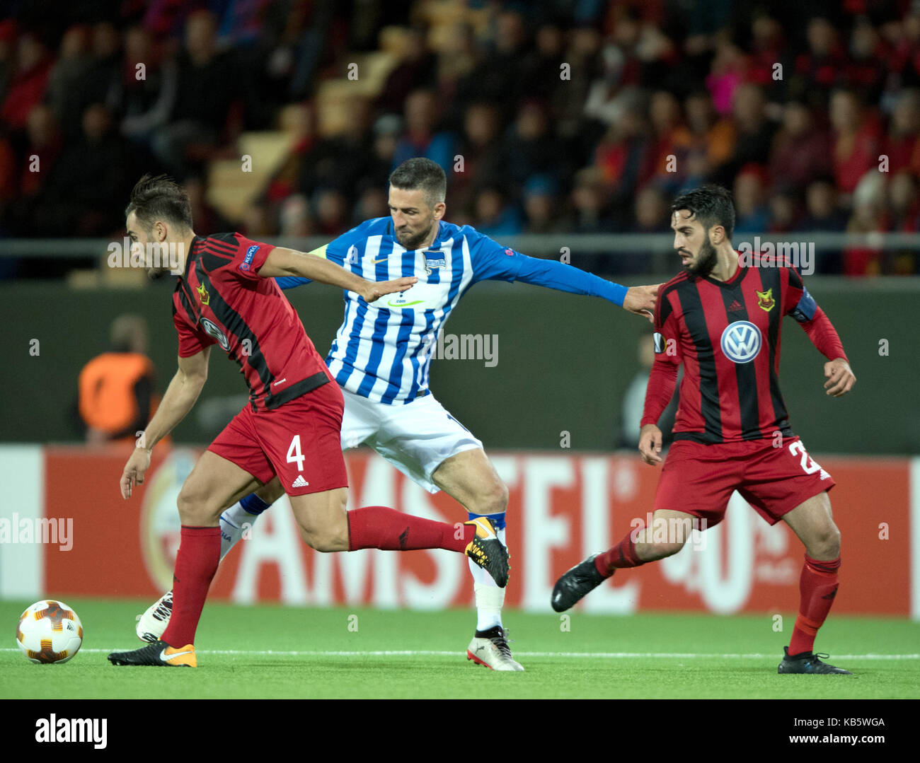 Ostersund, Sweden. 28th Sep, 2017. Berlin's Vedad Ibisevic (M) and Ostersunds Sotirios Papagiannopoulus (L) as well as Brwa Nouri vie for the ball during the Europa League match between Ostersunds FK and Hertha BSC at the Jaemtkraft Arena in Ostersund, Sweden, 28 September 2017. Credit: Soeren Stache/dpa/Alamy Live News Stock Photo