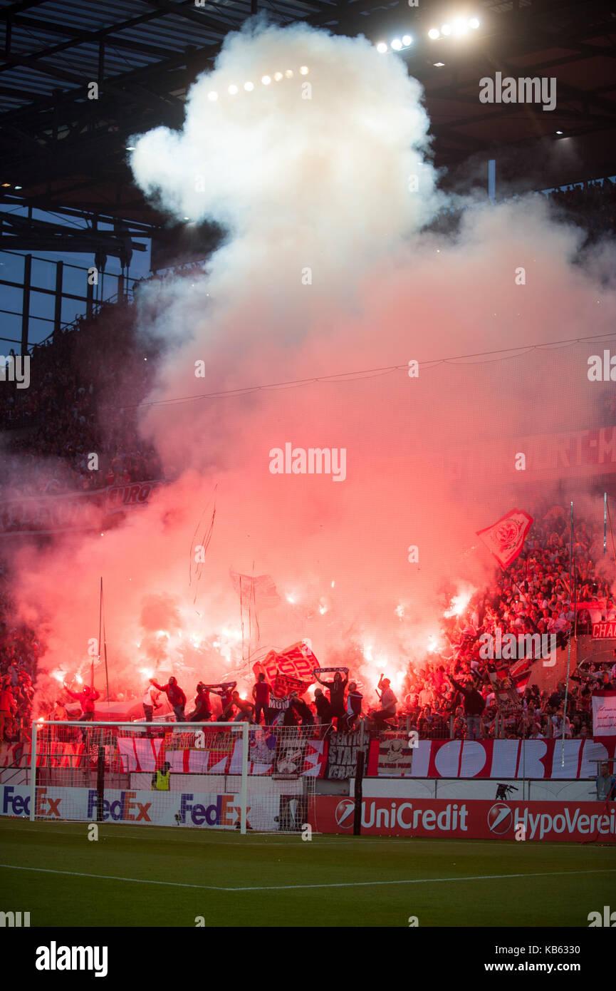 Koelner Fans Zuenden Feuerwerk Pyrotechnik Pyro Bengalos
