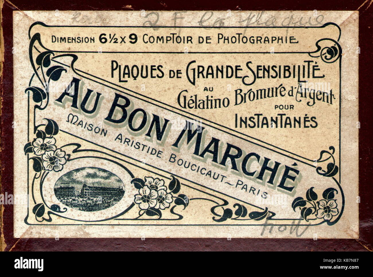 AJAXNETPHOTO. 1997. SOUTHAMPTON, ENGLAND. - BOX LID OF OLD 19TH EARLY 20TH CENTURY AU BON MARCHE PHOTOGRAPHIC DRY - Stock Image