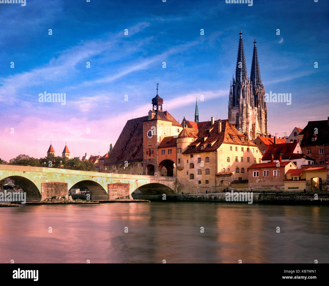 DE - BAVARIA: Cathedral of St. Peter and Steinerne Bruecke over River Danube at Regensburg - Stock Image
