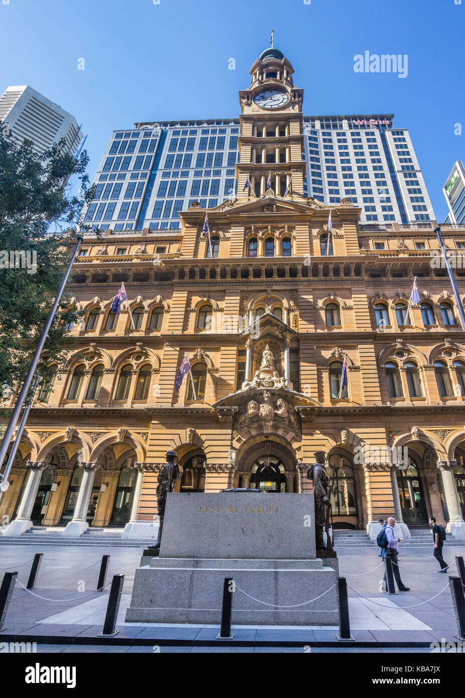 Australia, New South Wales, Sydney, Martin Place, The Cenotaph War Memorial with view of the sandstone facade of - Stock Image