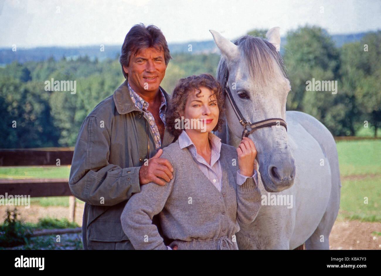 Die Hütte am See, Mini-Fernsehserie, Deutschland 1991, Darsteller: Pierre Brice, Gudrun Landgrebe und Schimmel Ramboso Stock Photo