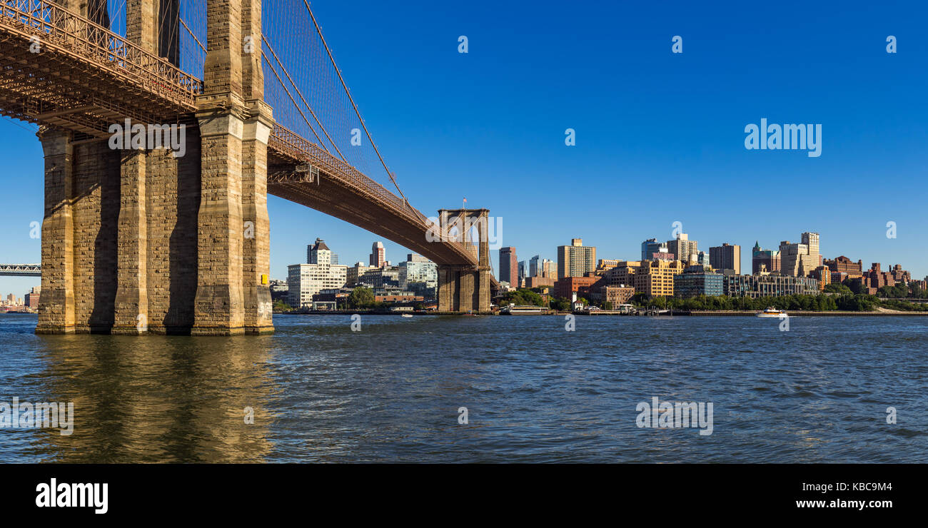 Panoramic view of Brooklyn Riverfront with the Brooklyn Bridge, Brooklyn Bridge Park, and the East River - Stock Image
