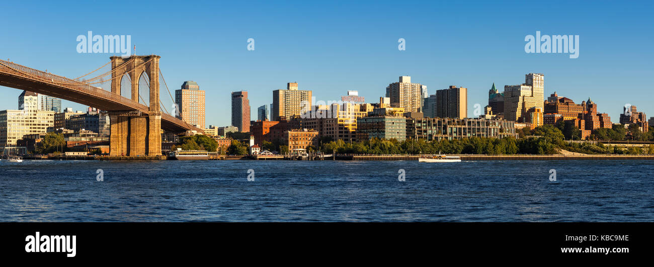 Panoramic view of Brooklyn Riverfront with the Brooklyn Bridge and Brooklyn Bridge Park. Brooklyn, New York City - Stock Image