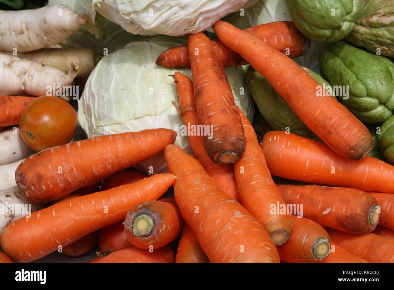 Gemüse und Karotten auf einem Marktstand Stock Photo