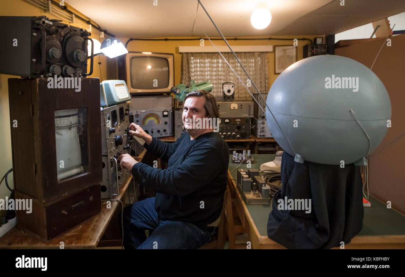 Bochum, Germany. 30th Sep, 2017. Thilo Elsner, director of the observatory, is sitting in a replica of the cellar - Stock Image