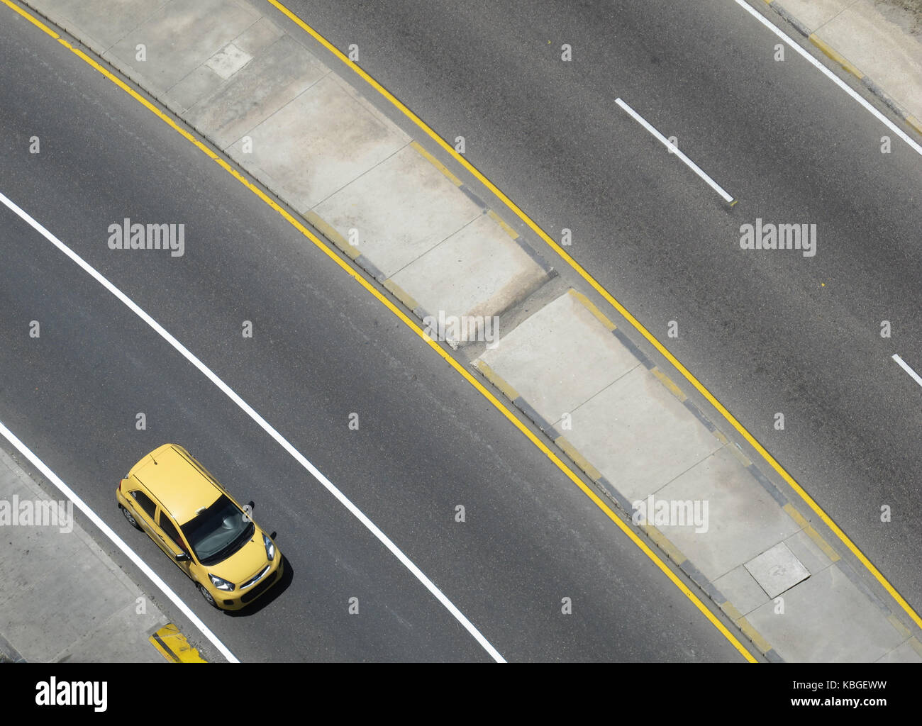Aerial view of an empty road with a yellow taxi - Stock Image