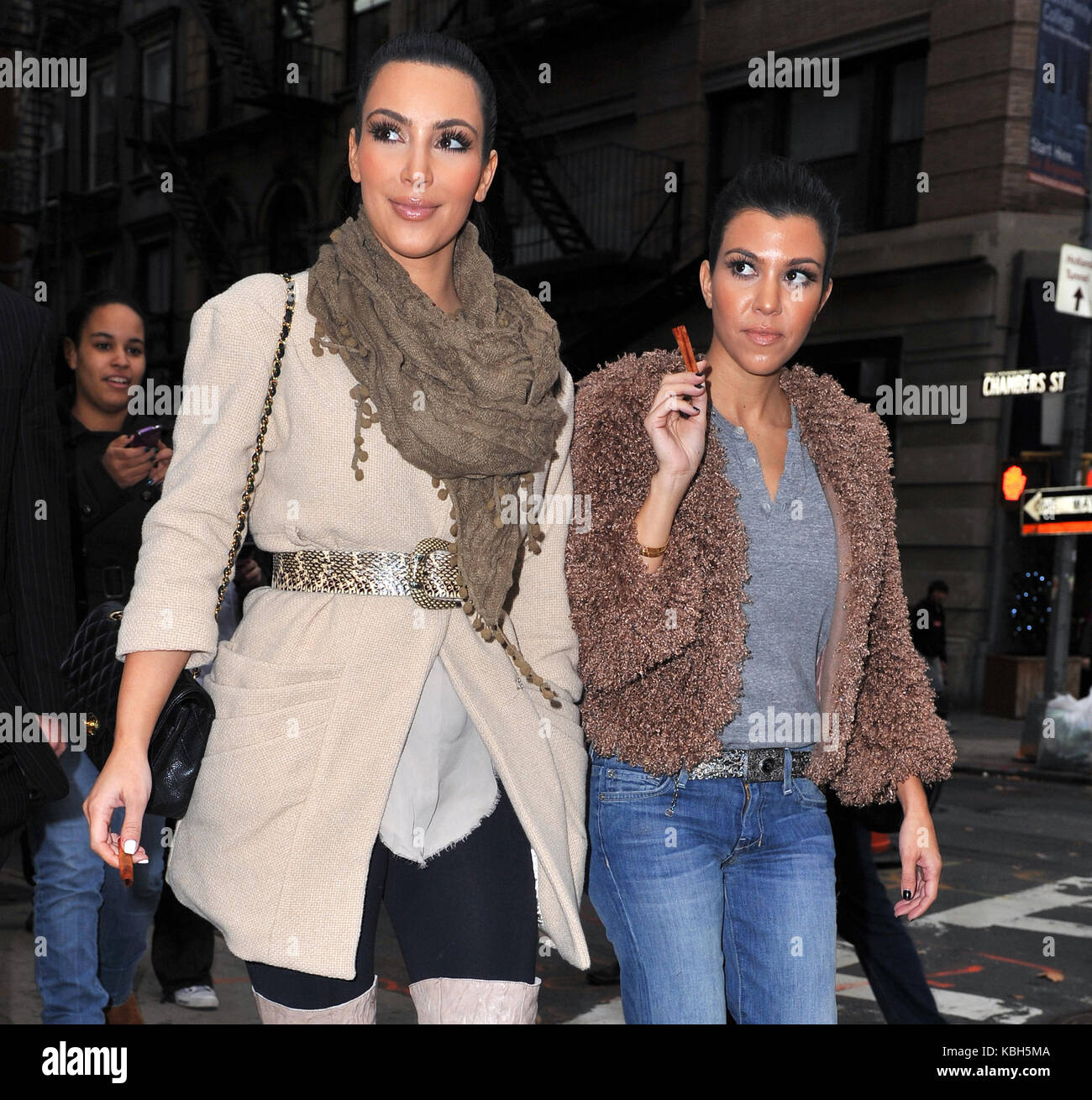 NEW YORK - NOVEMBER 05: Television personalities Kim Kardashian and sister Kourtney Kardashian leave their New York - Stock Image