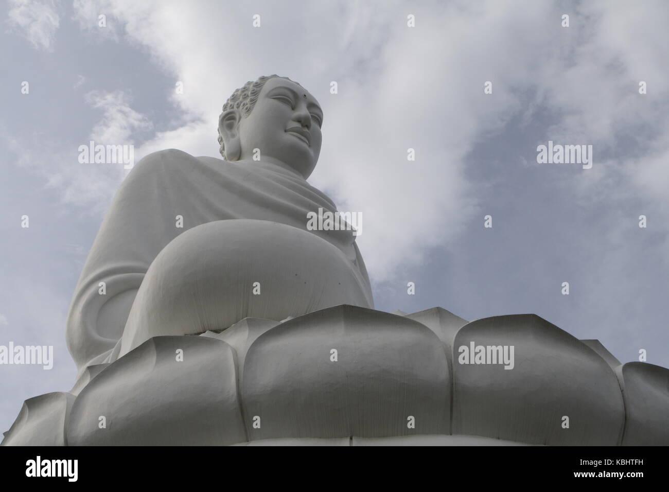Weisse Buddha Staue in Vietnam - White Buddha statue in Vietnam Stock Photo