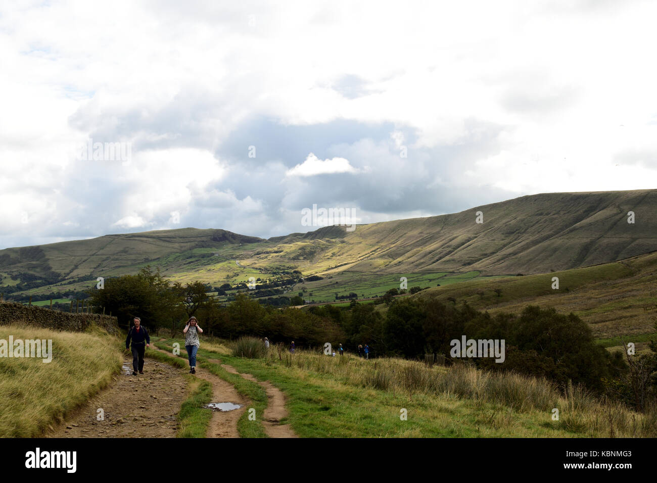 View back along the Pennine Way from the approach to Kinder Scout back towards Edale - Stock Image