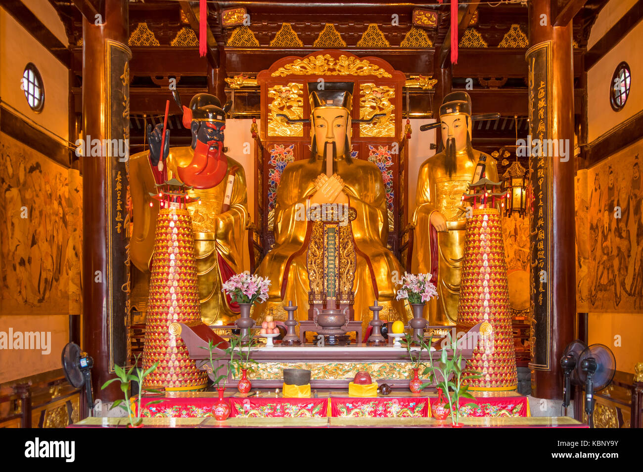 Inside Jing'an Temple, Shanghai, China - Stock Image