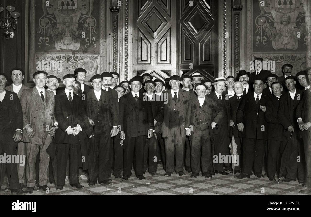 Grupo de hombres en el interior de uno de los salones del Ayuntamiento de Tolosa (1 de 1)   Fondo Car Kutxa Fototeka Stock Photo