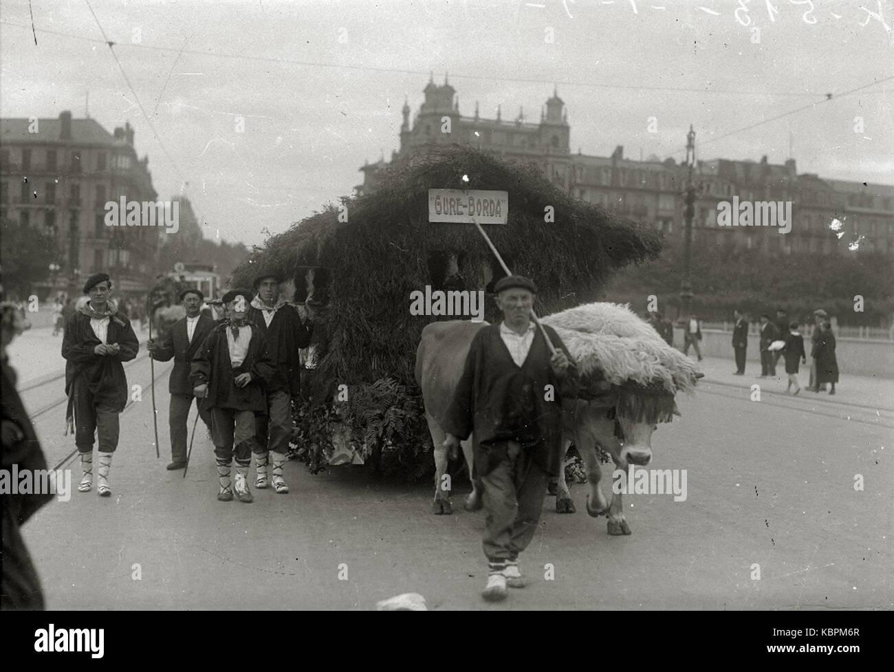 Hombres vestidos de caseros en una carroza tirada por bueyes en el puente Santa Catalina (1 de 1)   Fondo Car Kutxa - Stock Image