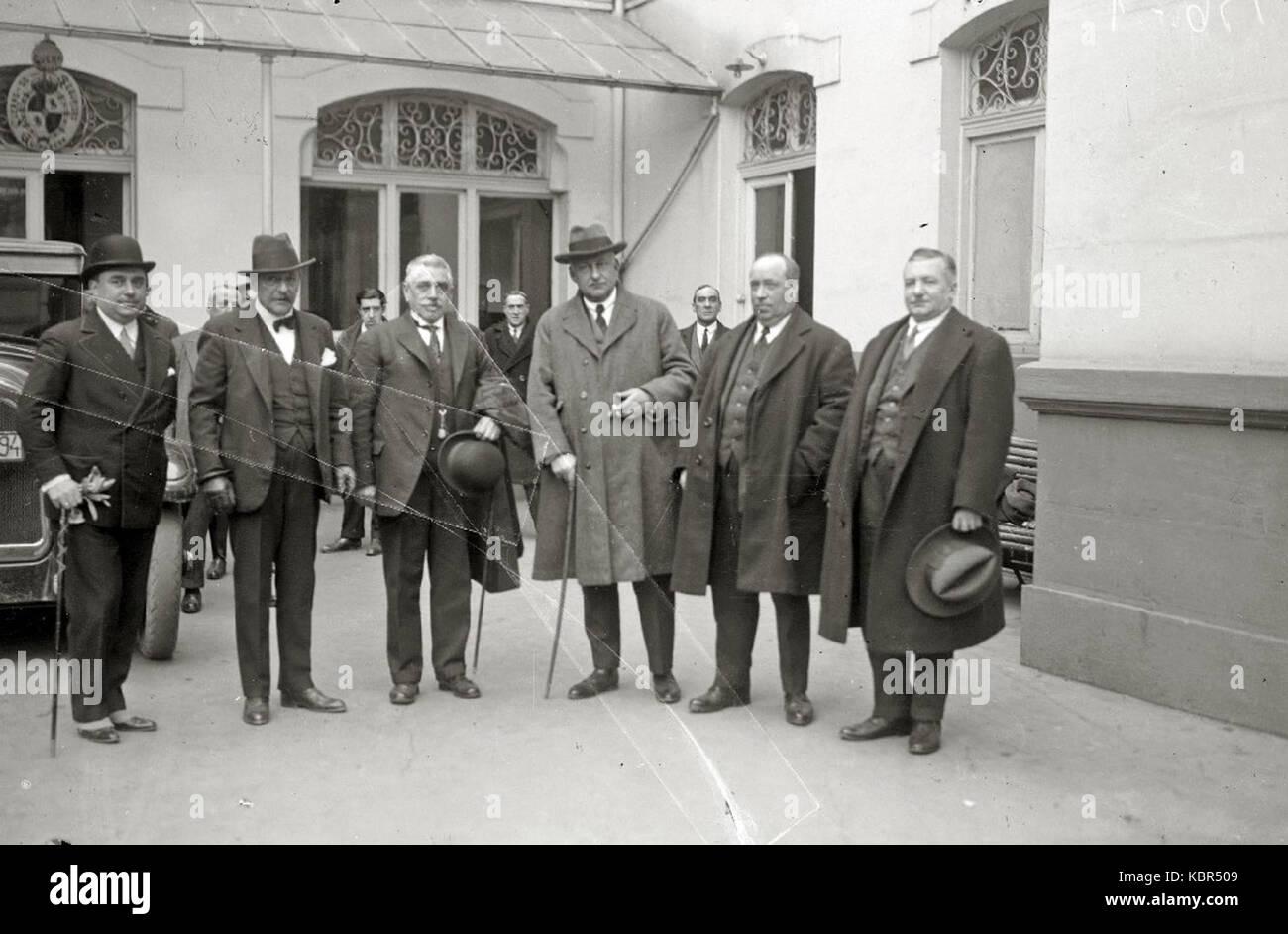 El general Miguel Primo de Rivera con un grupo de hombres en el exterior de un edificio (1 de 1)   Fondo Car Kutxa - Stock Image