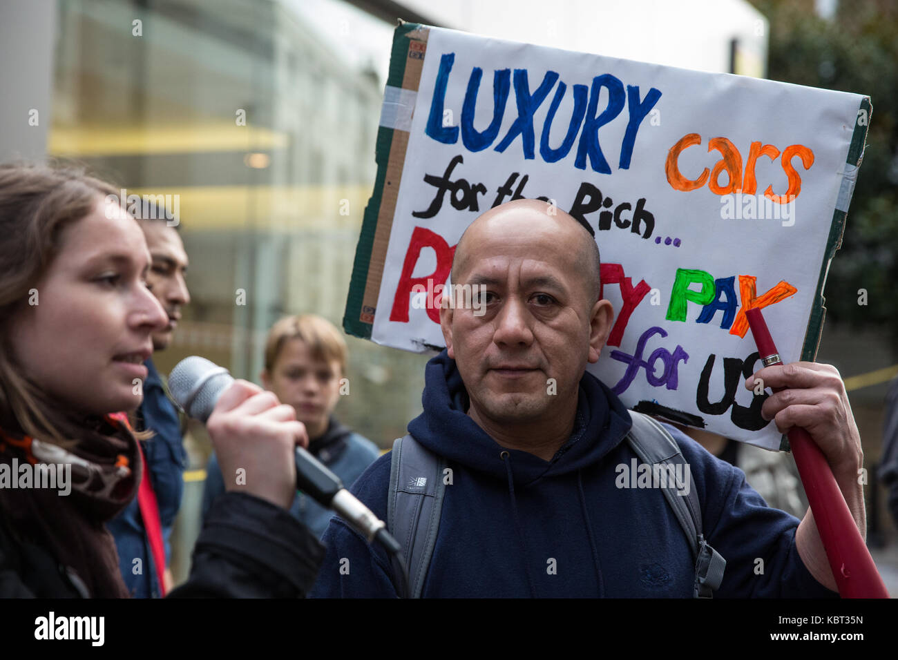 London, UK. 30th September, 2017. Supporters of migrant cleaners Angelica Valencia Bolanos and Fredy Lopez (r) suspended - Stock Image