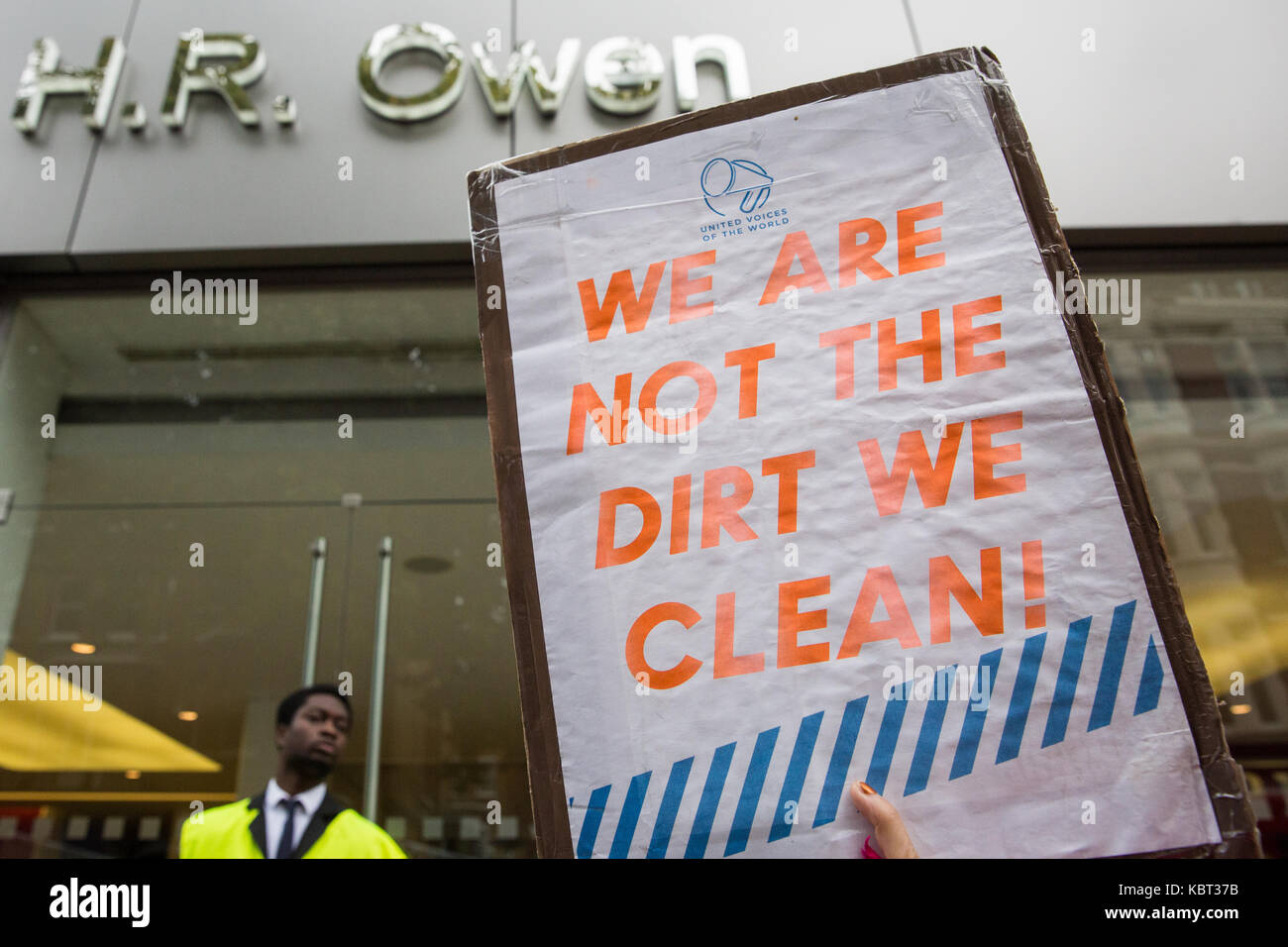 London, UK. 30th September, 2017. Supporters of migrant cleaners Angelica Valencia Bolanos and Fredy Lopez suspended Stock Photo