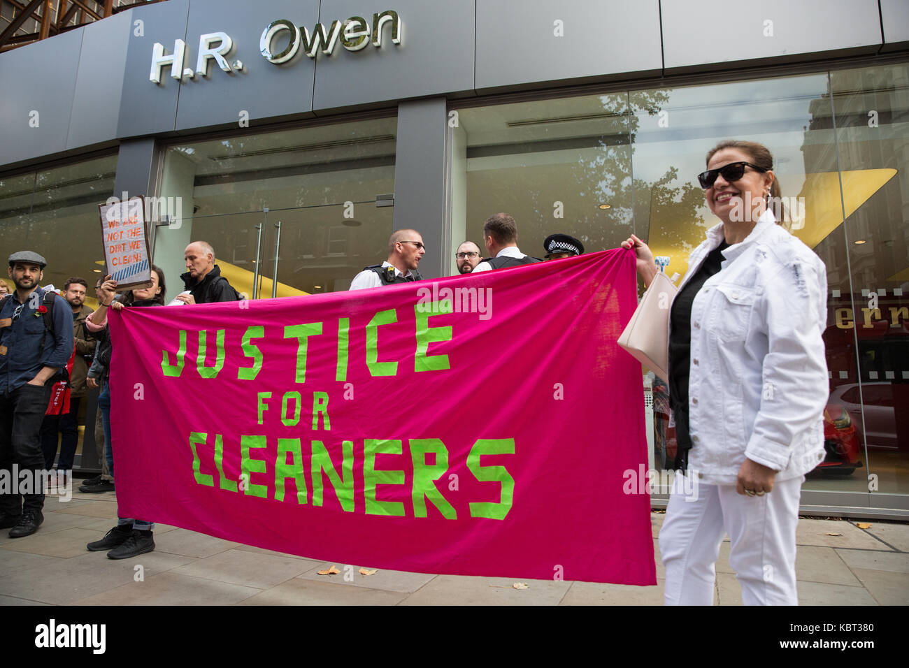 London, UK. 30th September, 2017. Supporters of migrant cleaners Angelica Valencia Bolanos and Fredy Lopez suspended - Stock Image