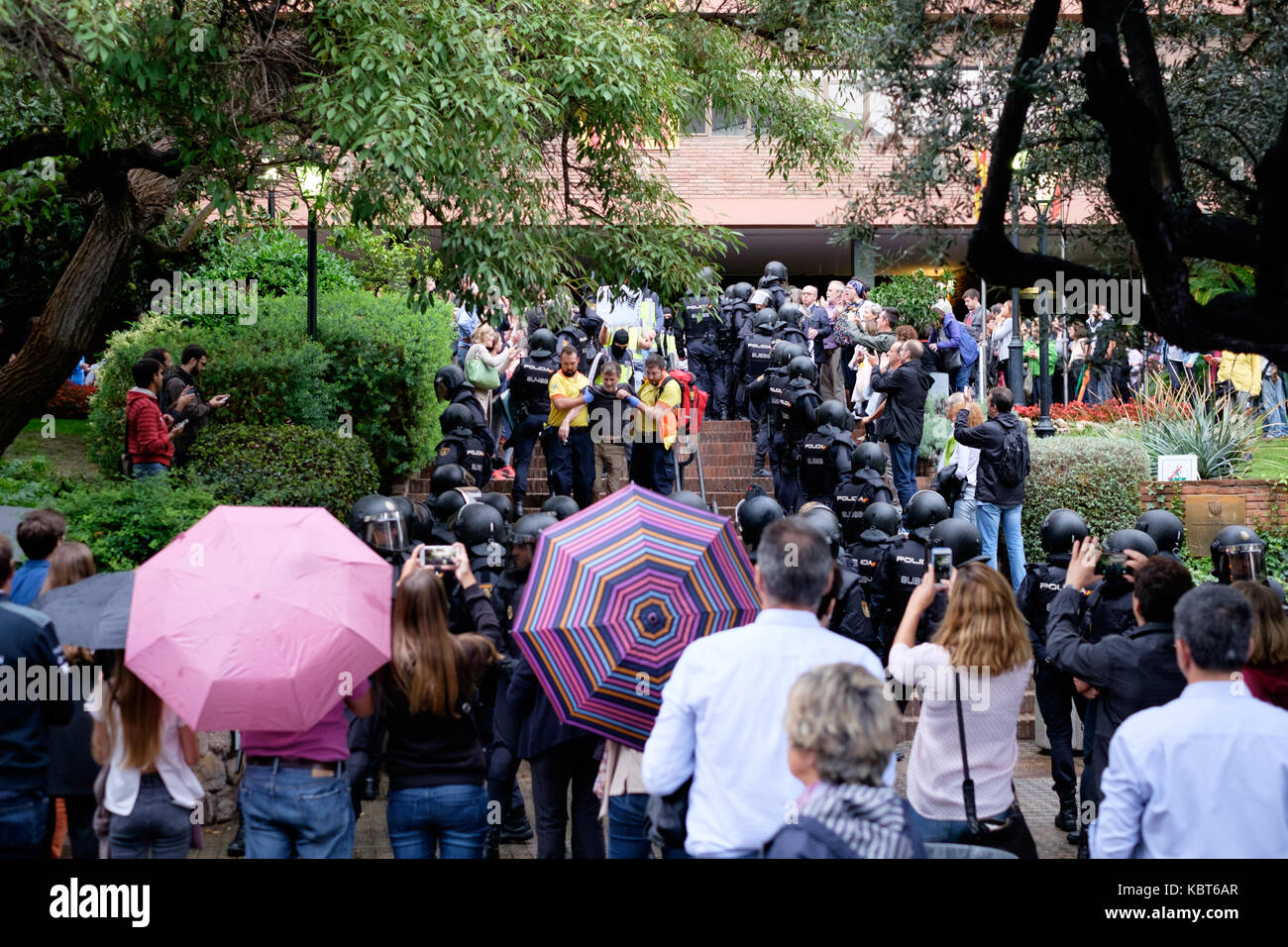Barcelona, Spain. 1st October, 2017. hundreds of policemen go to a polling place to take the ballot boxes and throw - Stock Image