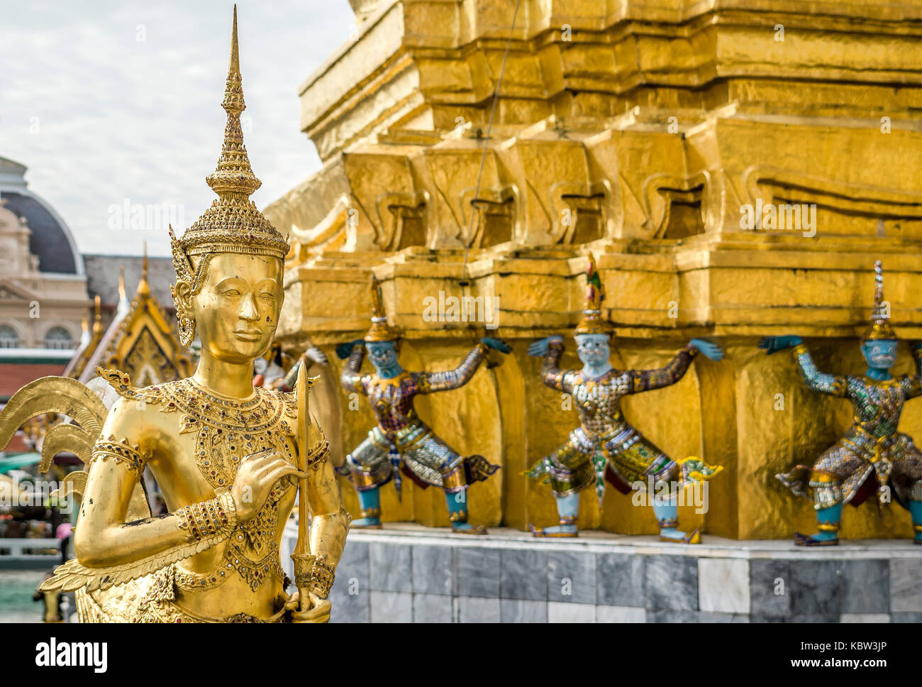 Golden Thai Kinnaree Sculpture, half human half bird,at the Grand Palace, Thailand | Goldene Thai Skulptur im Grand - Stock Image