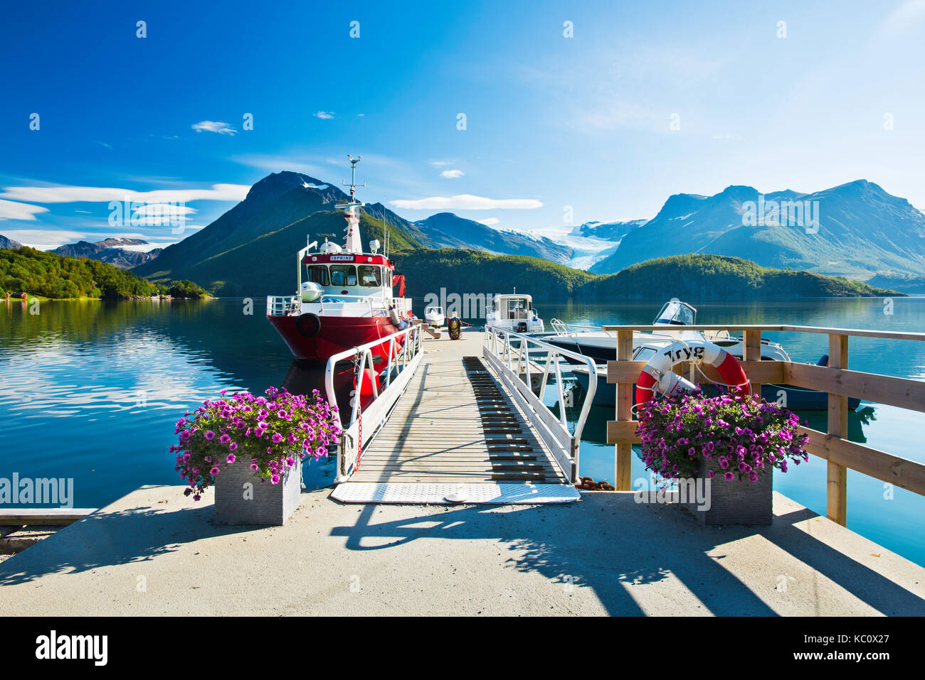 Kystriksveien - the coastal route along the Nordland coastline in Norway. The Svartisen glacier can be seen in the - Stock Image