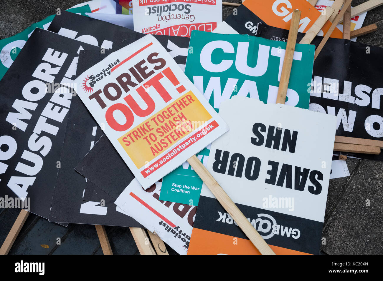 Manchester, UK. 1st Oct, 2017. Discarded placards after a large anti austerity demonstration taking place during - Stock Image