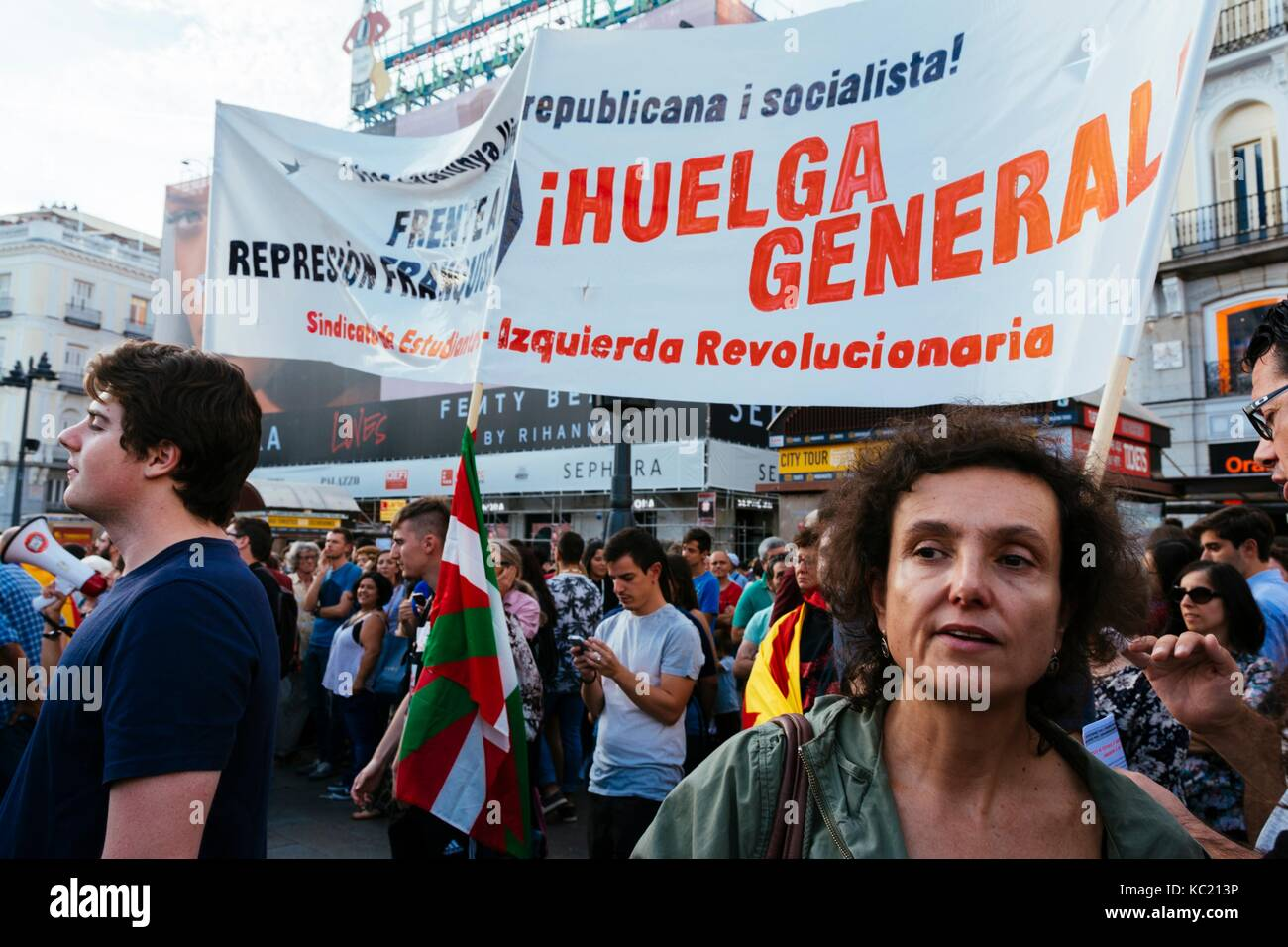 Madrid, 1st october, 2017.  Hundreds of people are participating in a demonstration of support about the referendum Stock Photo