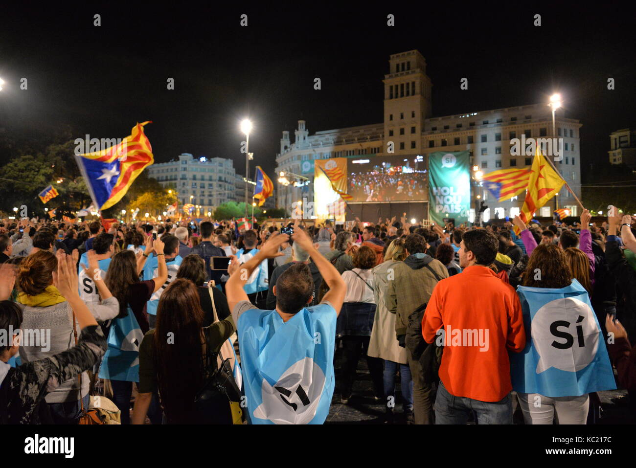 Barcelona, Spain. 1st October. People gather in Catalunya square, Barcelona, to hear the speech in which the Catalan - Stock Image