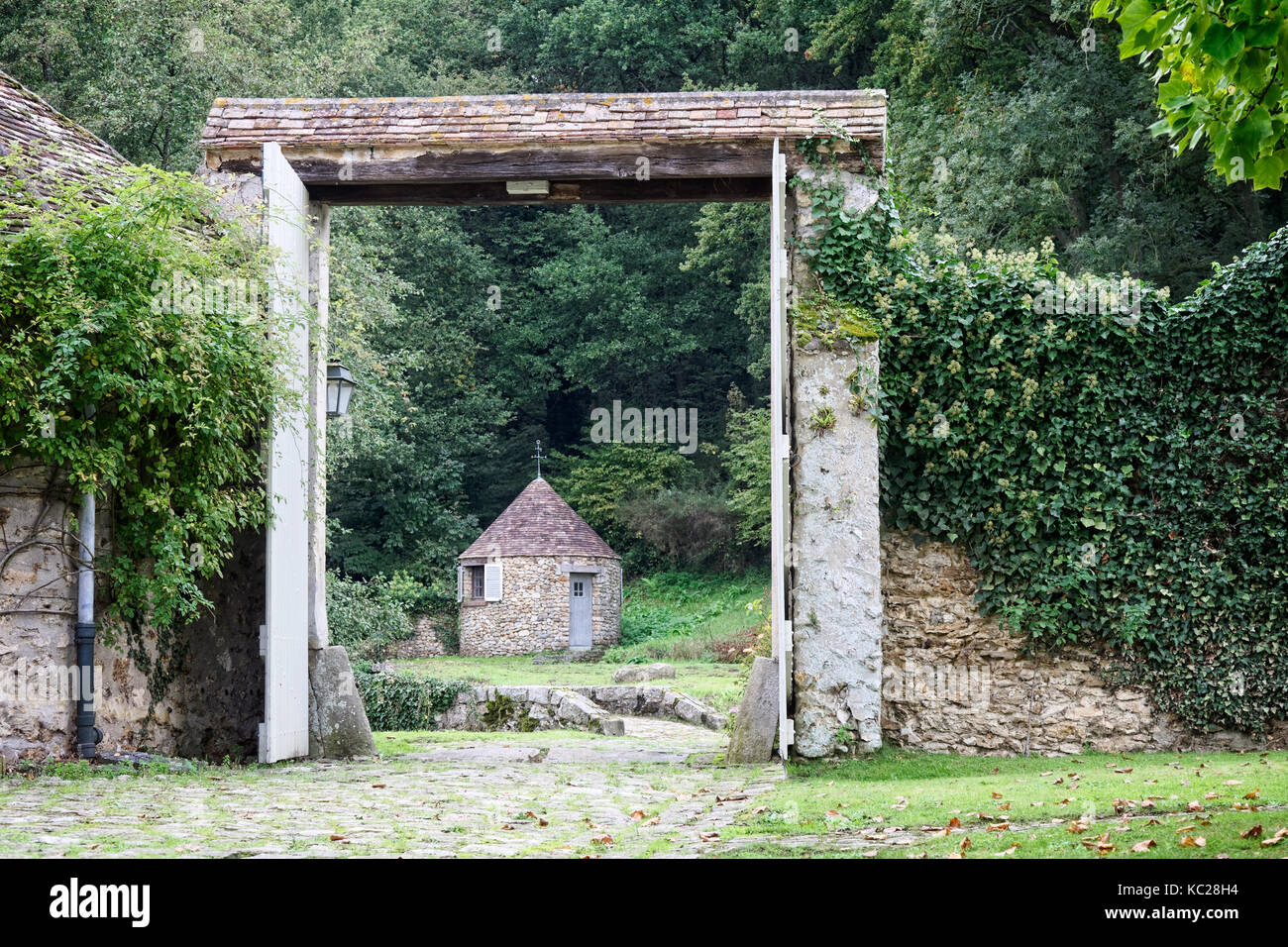 Moulin de la Tuilerie: country retreat & home of the Duke & Duchess of Windsor - through the gate the changing - Stock Image