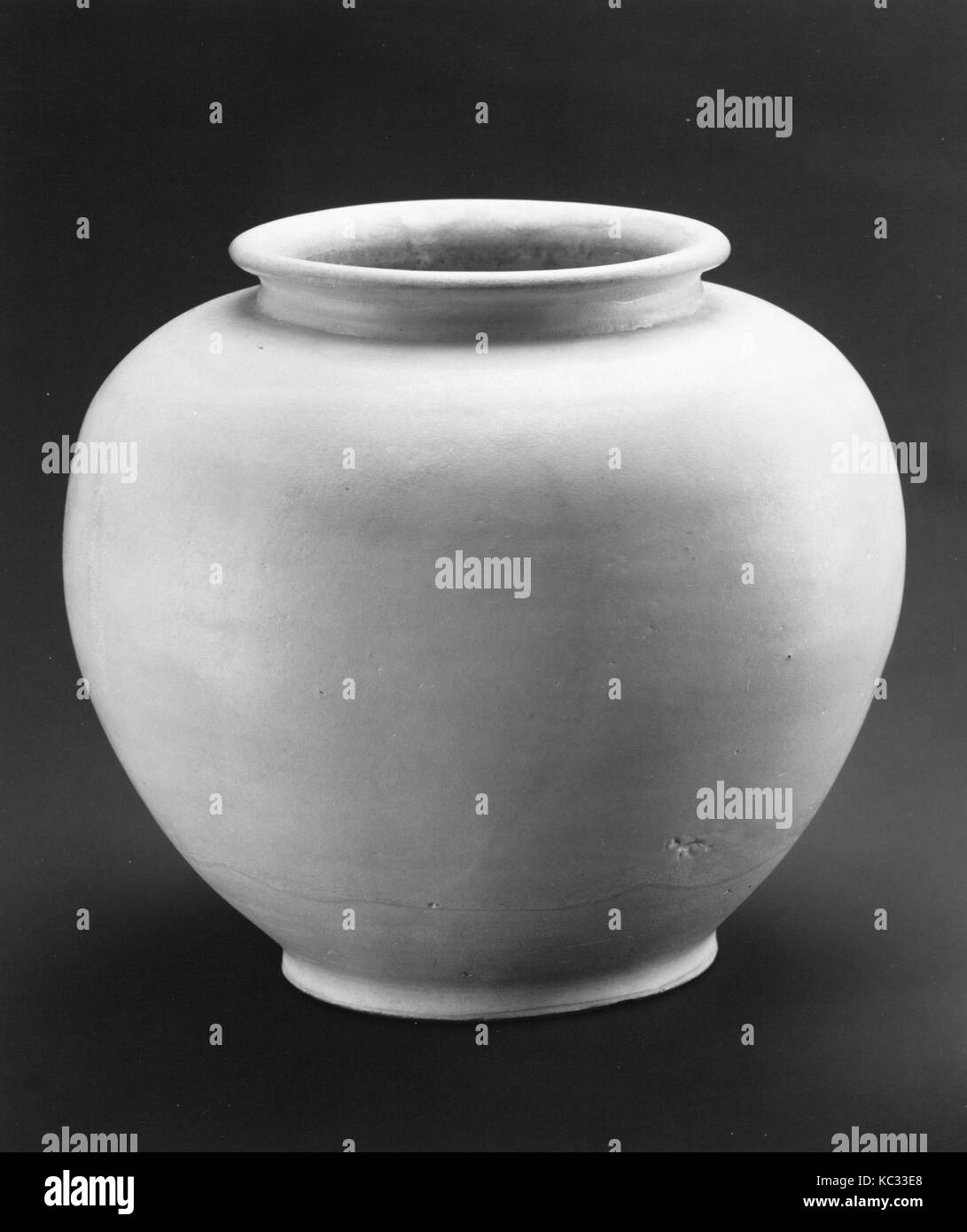 Jar, Tang dynasty (618–907), 9th century, China, Porcelain with transparent glaze, H. 7 in. (17.8 cm); Diam. 7 3/4 - Stock Image