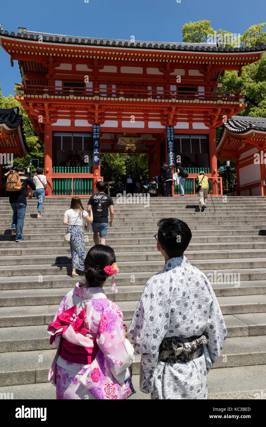 Kyoto, Japan - May 18, 2017: Main gate of the Yasaka jinja shrine in Kyoto with couple in kimono - Stock Image