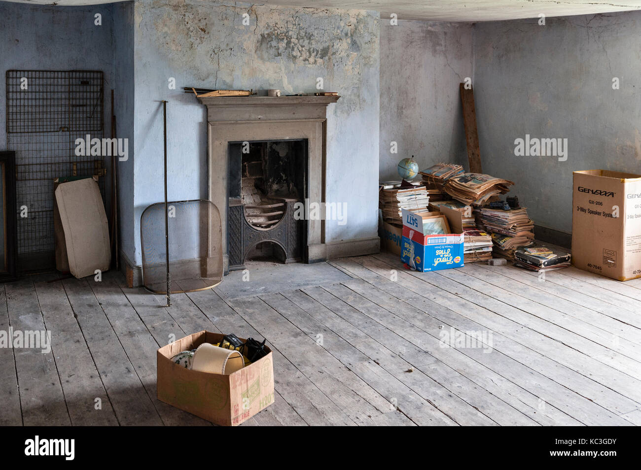 UK. An empty room in an old house awaiting sale and renovation - Stock Image