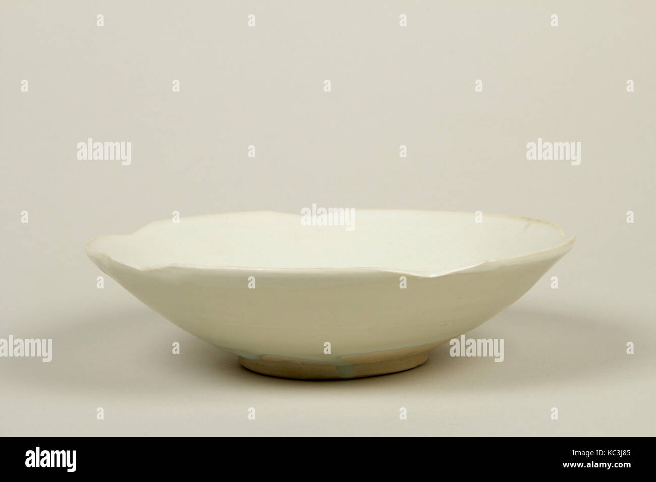 Bowl, Tang dynasty (618–907), 9th century, China, Porcelaneous ware with clear glaze, H. 2 1/8 in. (5.4 cm); Diam. - Stock Image