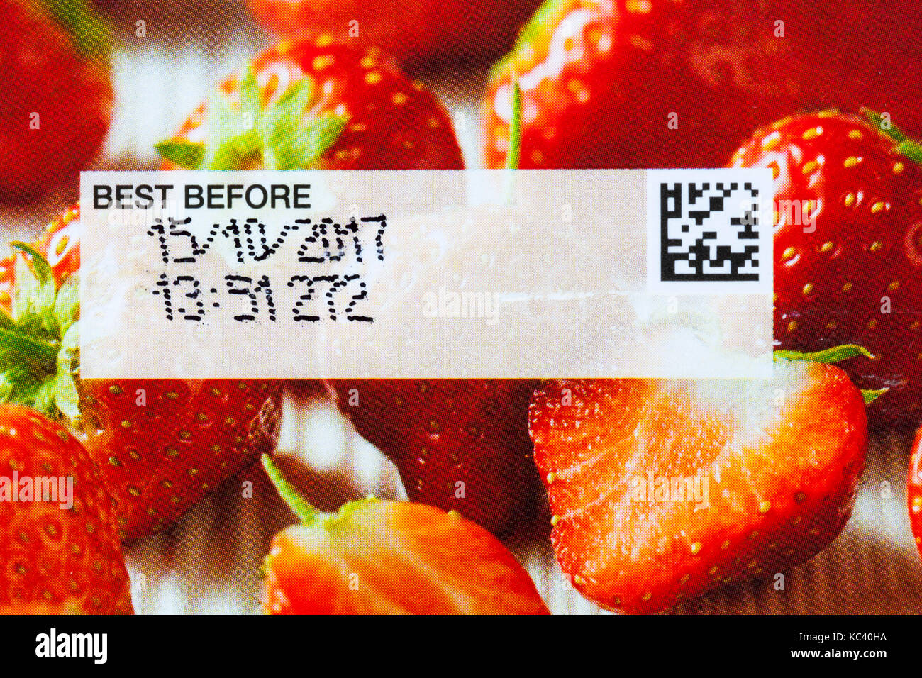 Best before 15/10/2017 date stamped on packet of M&S 4 Victoria sponge mini cakes - Stock Image