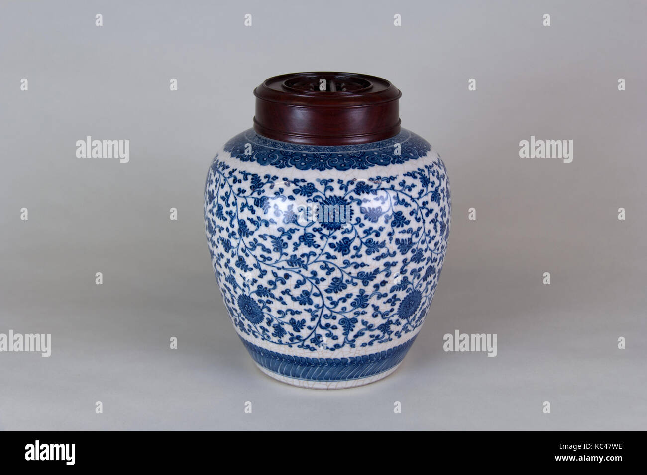 A pair of blue and white porcelain vase in ancient qianlong products W9