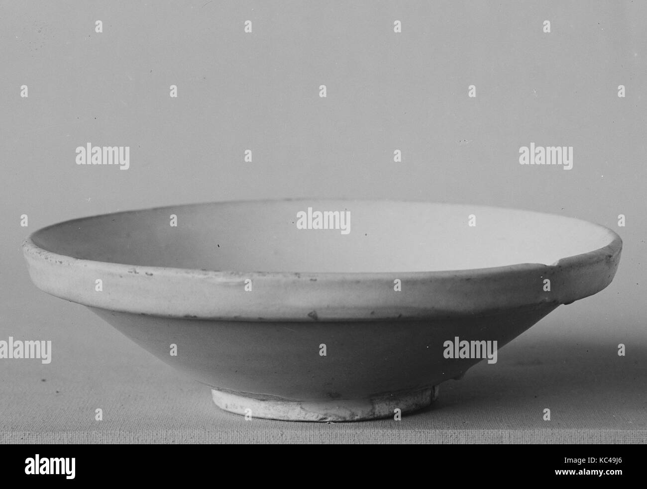 Saucer, Tang dynasty (618–907), ca. 9th century, China, Pottery, H. 1 1/2 in. (3.8 cm); Diam. 5 1/4 in. (13.3 cm), - Stock Image