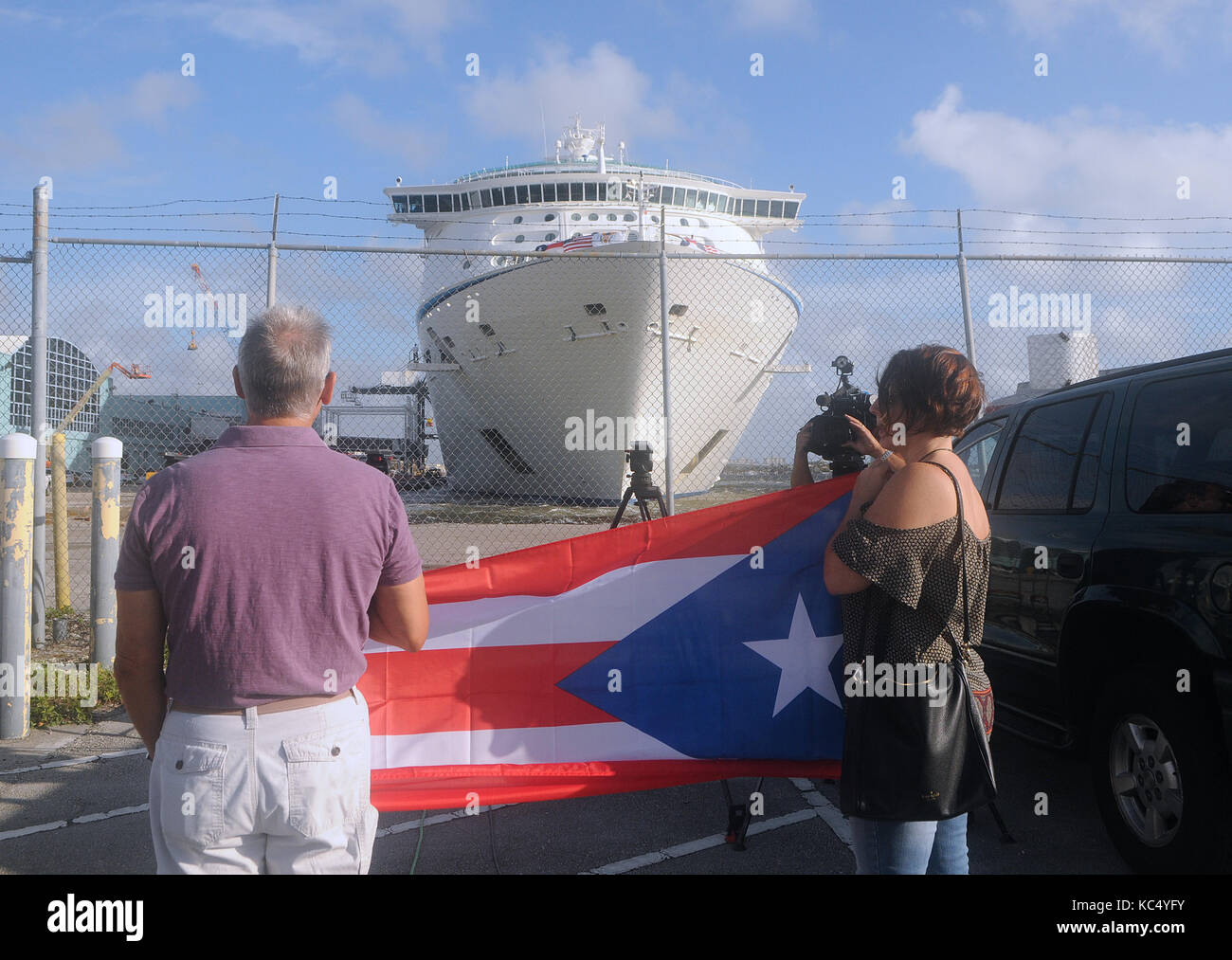 Fort Lauderdale, USA. 3rd Oct, 2017. Joanna Egozcue (right) and her husband hold a Puerto Rican flag to welcome - Stock Image
