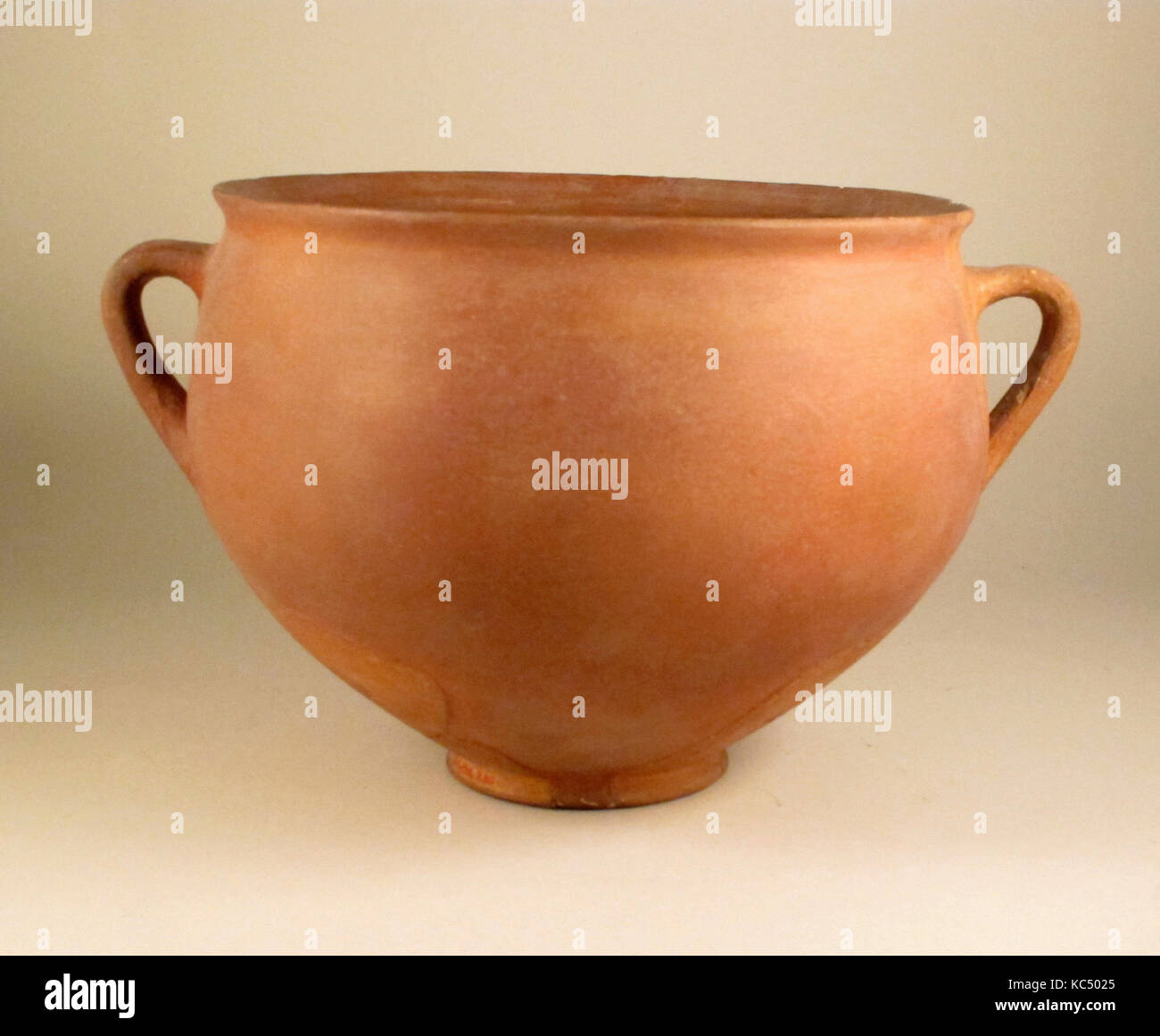 Skyphos, East Greek/Sardis, Lydian, Terracotta, 6 11/16 x 10 3/4in. (17 x 27.3cm), Vases Stock Photo