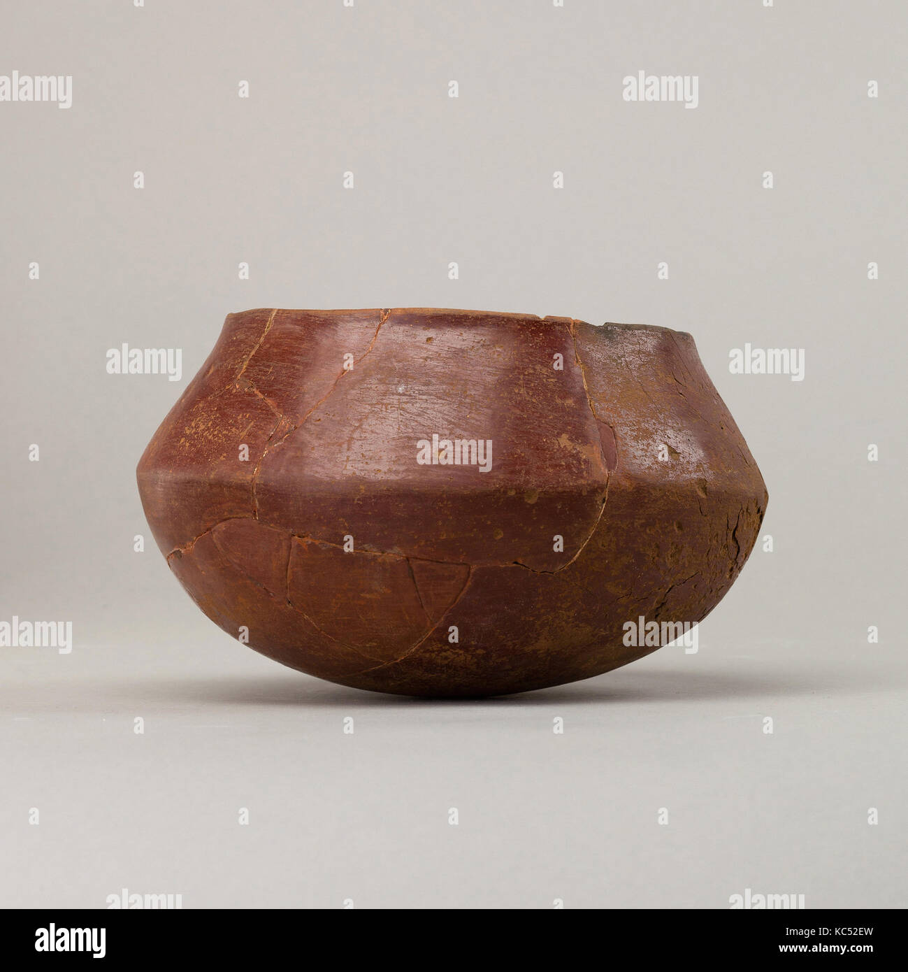 Red polished ware bowl, Predynastic Period, ca. 3850–2960 B.C., From Egypt, Southern Upper Egypt, Hierakonpolis - Stock Image