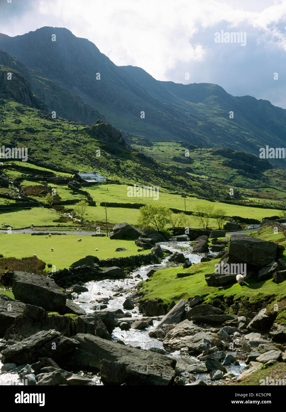 A view of the Llanberis Pass looking west including the Afon Nant Peris stream and Ynys Ettws farmstead with Llechog Stock Photo
