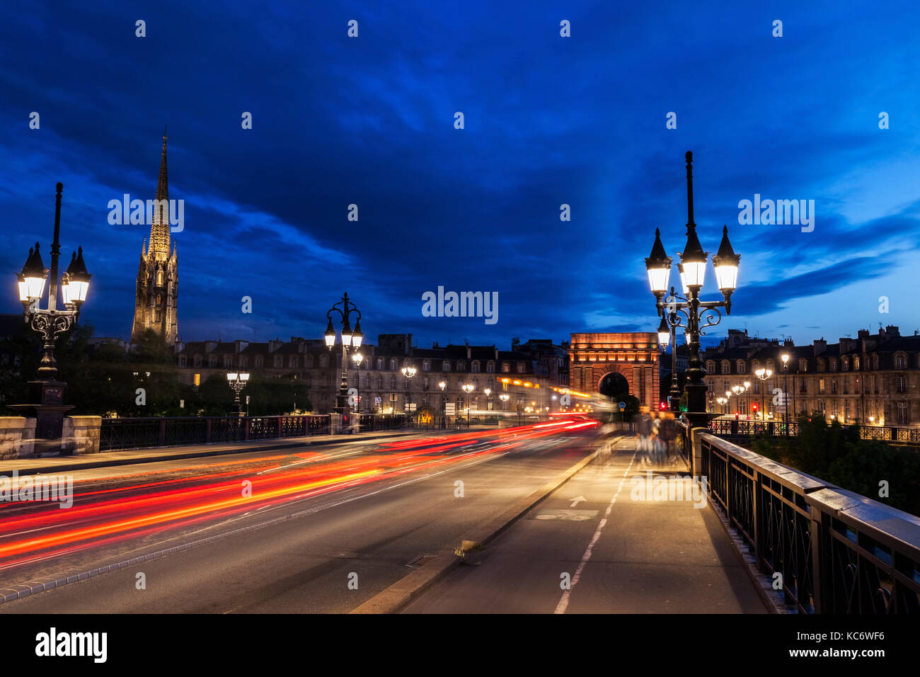 France, Nouvelle-Aquitaine, Bordeaux, Cailhau Gate, Incidental people and cars in long exposure - Stock Image
