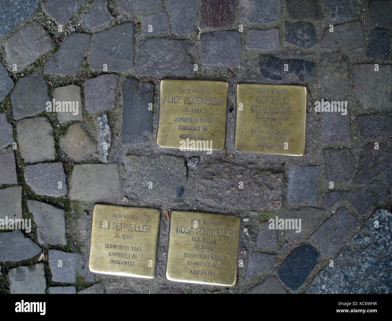 BERLIN GERMANY - PLAQUES AU SOL DE JUIFS DEPORTES DANS LES CAMPS - BERLIN STREET - NAZIS VICTIMS - VICTIMS SOUVENIR Stock Photo