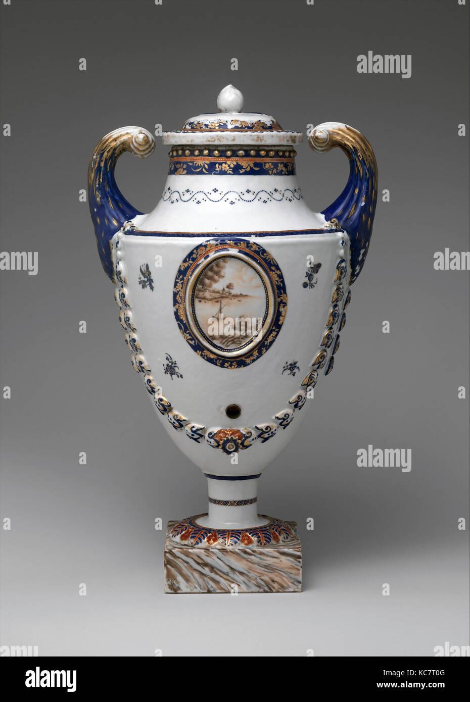 Covered Urn, ca. 1800, Made in China; Object place NEW ZEALAND ROTORUA WHAKAREWAREWA, Chinese, Porcelain, 17 1/2 - Stock Image