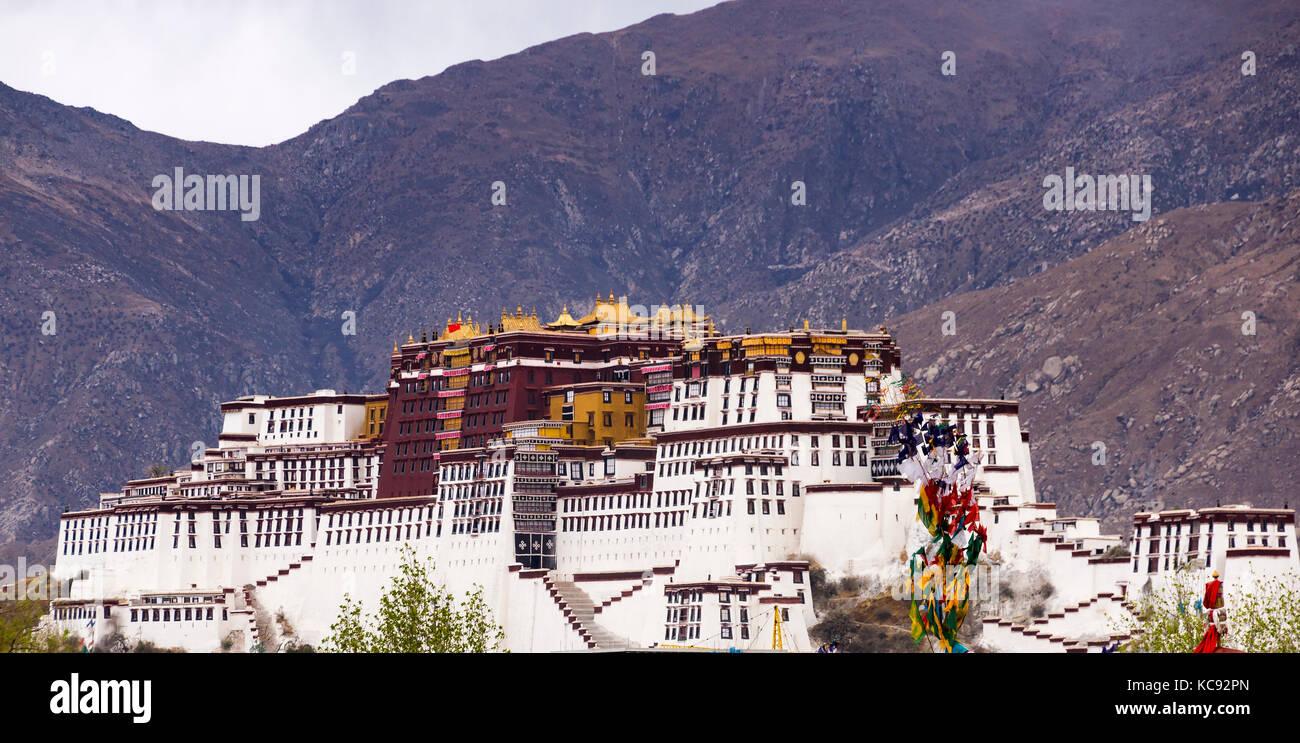 Potala palace, former Dalai Lama residence in Lhasa - Tibet - Stock Image
