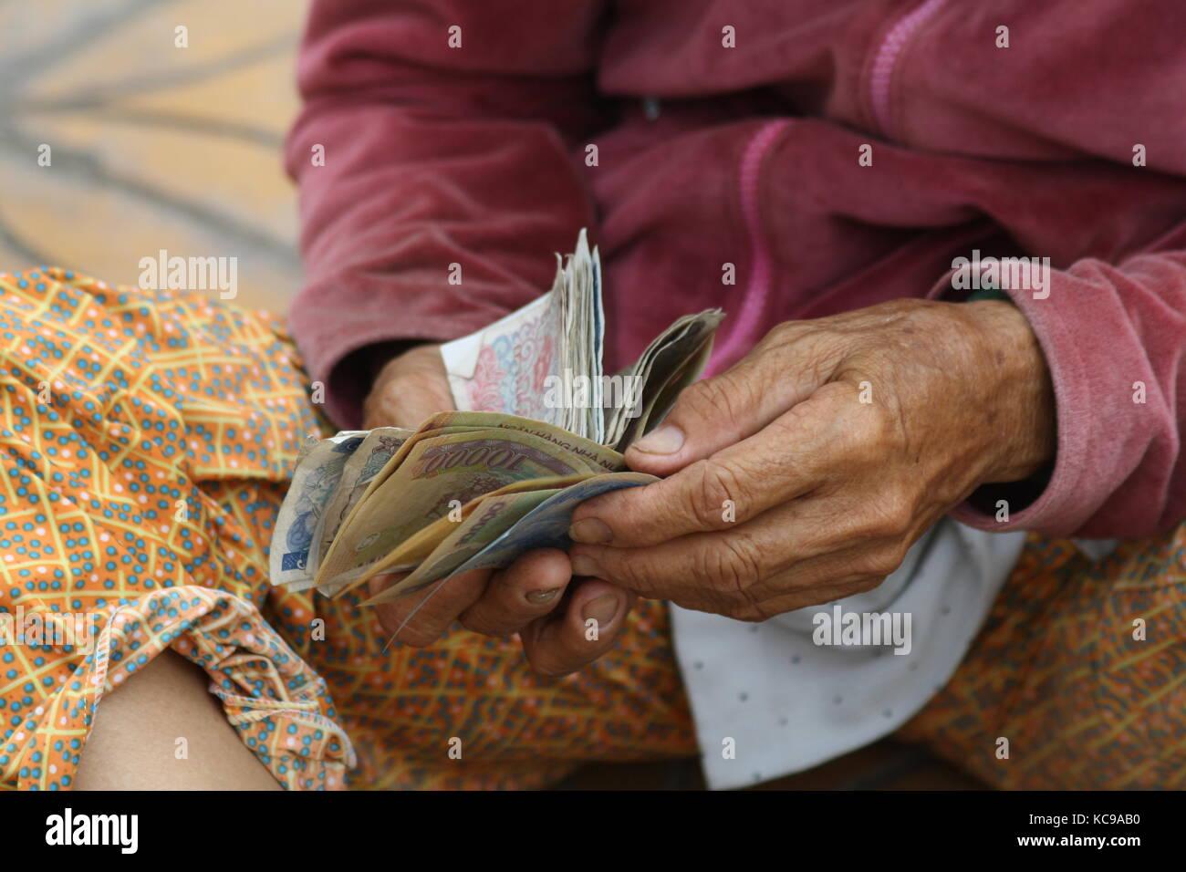 Hände die Geld sortieren und zählen in Asien - Hands sorting the money and counting in asia - Stock Image