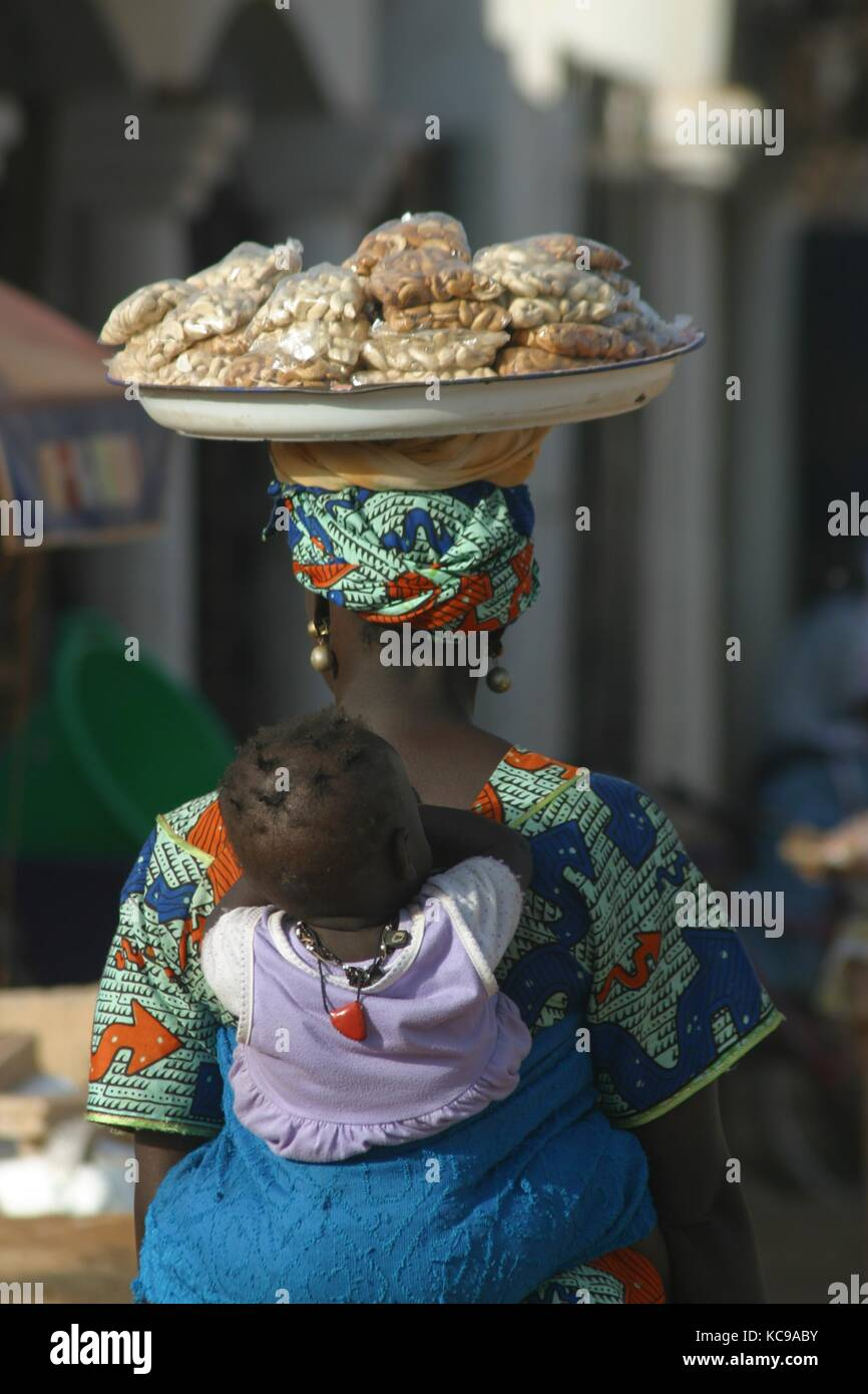 Afrikanerin mit Tablett auf dem Kopf in Gambia - African woman with tablet on her head in Gambia - Stock Image