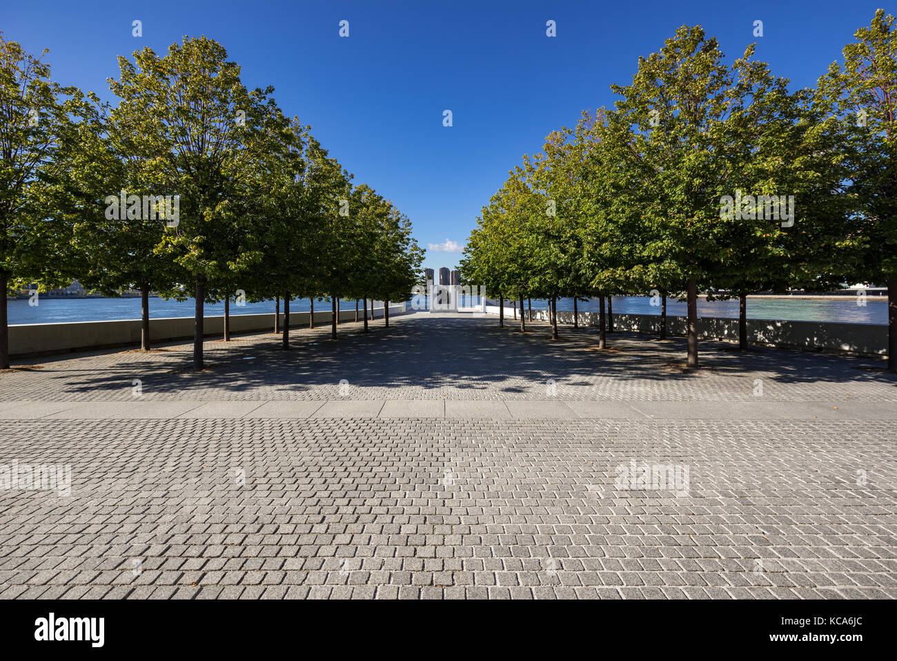View of southern tip of Franklin D. Rosevelt Four Freedoms Park in Summer. Roosevelt Island, New York City - Stock Image