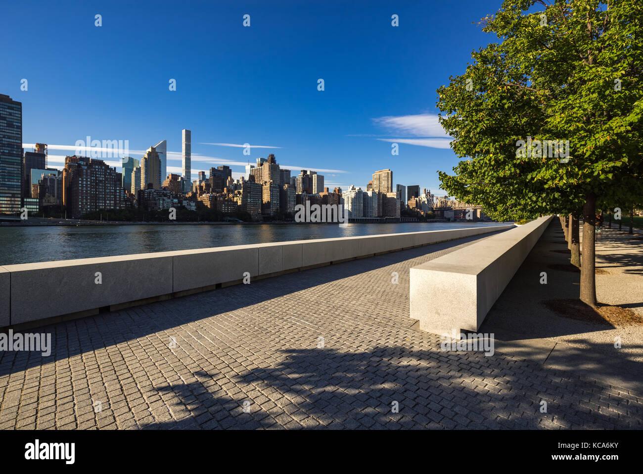 Summer view of Manhattan Midtown East from Roosevelt Island (Franklin D. Rosevelt Four Freedoms Park). New York - Stock Image