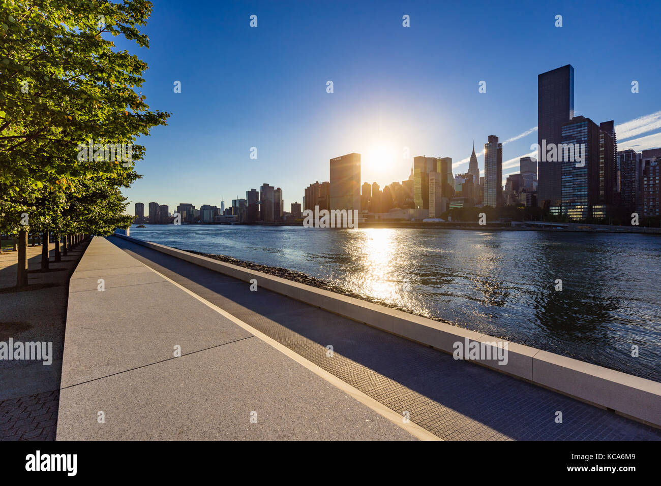 Sunset view of Manhattan Midtown East from Roosevelt Island (Franklin D. Rosevelt Four Freedoms Park). New York - Stock Image