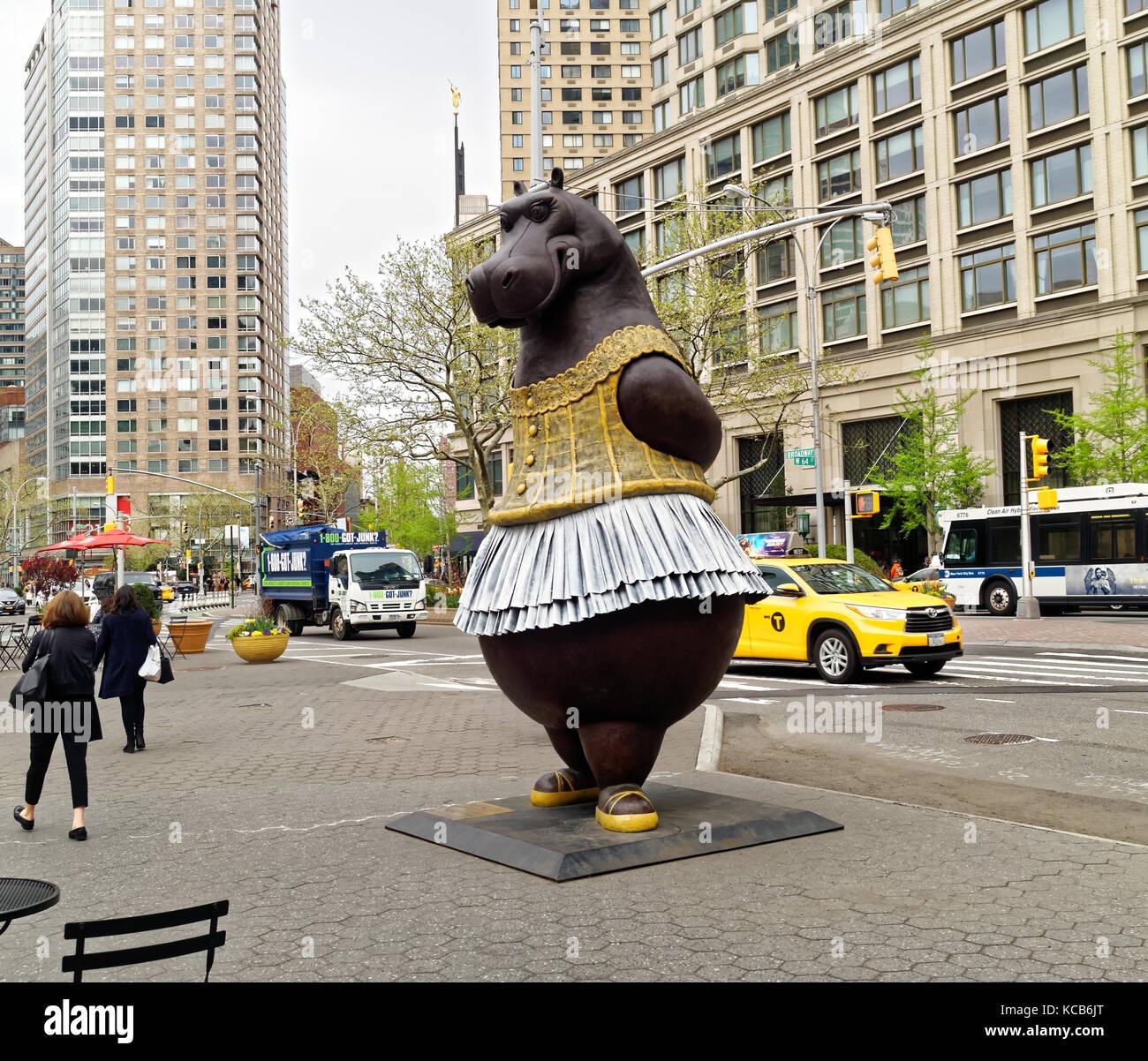 Large bronze Hippo ballerina statue at Lincoln Center by artist Bjørn Ekholm Skaarup, inspired by the Disney's - Stock Image