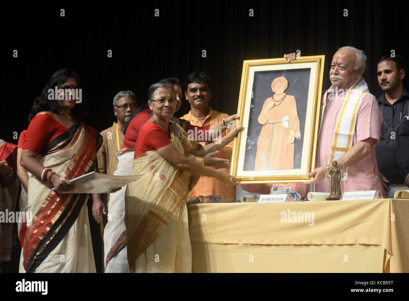 Kolkata, India. 03rd Oct, 2017. Sister Nivedita Trust member felicitated Mohan Rao Bhagwat with Sister Nivedita - Stock Image